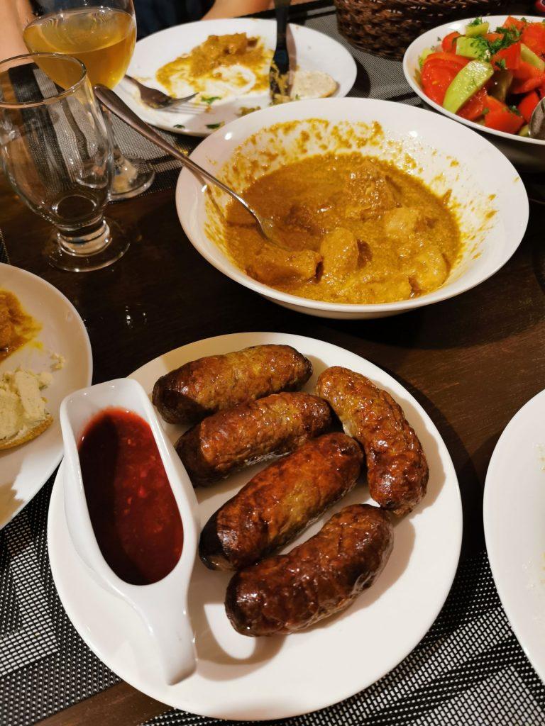 Katmis Satsivi i začinjene pečene kobasice
